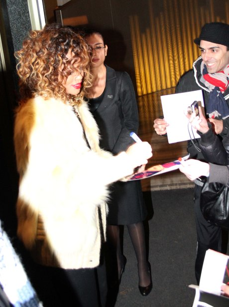 Rihanna singns autographs for fans