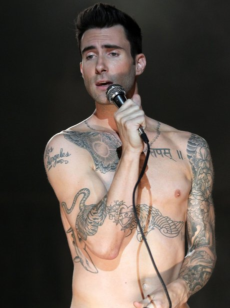 Adam Levine sings topless
