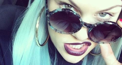 jessie j wearing a blue wig