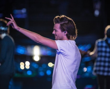 Louis Tomlinson gives one lucky fan a big wave from the ...