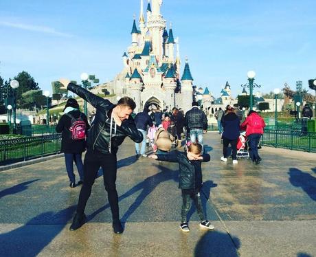 Olly Murs dabs at Disneyland